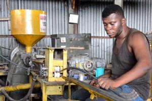 Fabrication_des-tuyaux-pvc-dans-l'usine-de-congo-salubrité