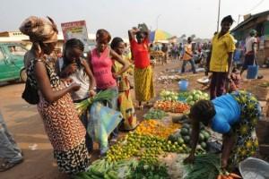 Mme Marie Ndemayo  se plaint que même les légumes sont chères et on ne peut plus manger avec 2000FCFA.  Photo/AFP