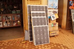 Une boutique vendant des kits des panneaux solaires en RDC