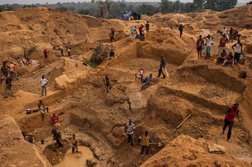 Des groupes armés connus sous le nom de Raïa Mutomboki se sont vu remettre au moins deux fusils d'assaut AK-47 et 4 000 dollars en espèces par la Kun Hou Mining, laquelle opère des dragues mécanisées sur la rivière Ulindi, en territoire de Shabunda, dans la province du Sud-Kivu, selong Global Witness