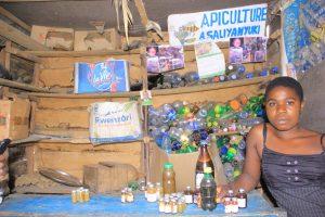 eannine, une vendeuse dans son officine de miel à Kanyabayonga