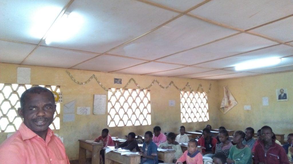 Une salle de l'école de Ngang éclairée grâce à la centrale solaire