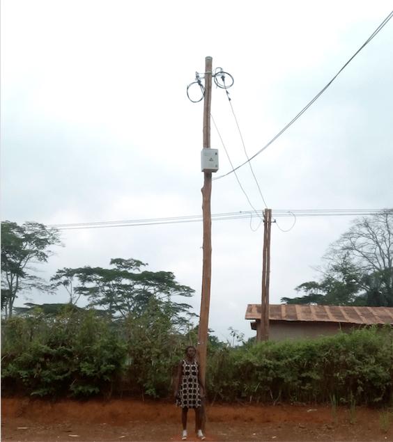 Cable aérien passant au-dessus des maisons de Ngang