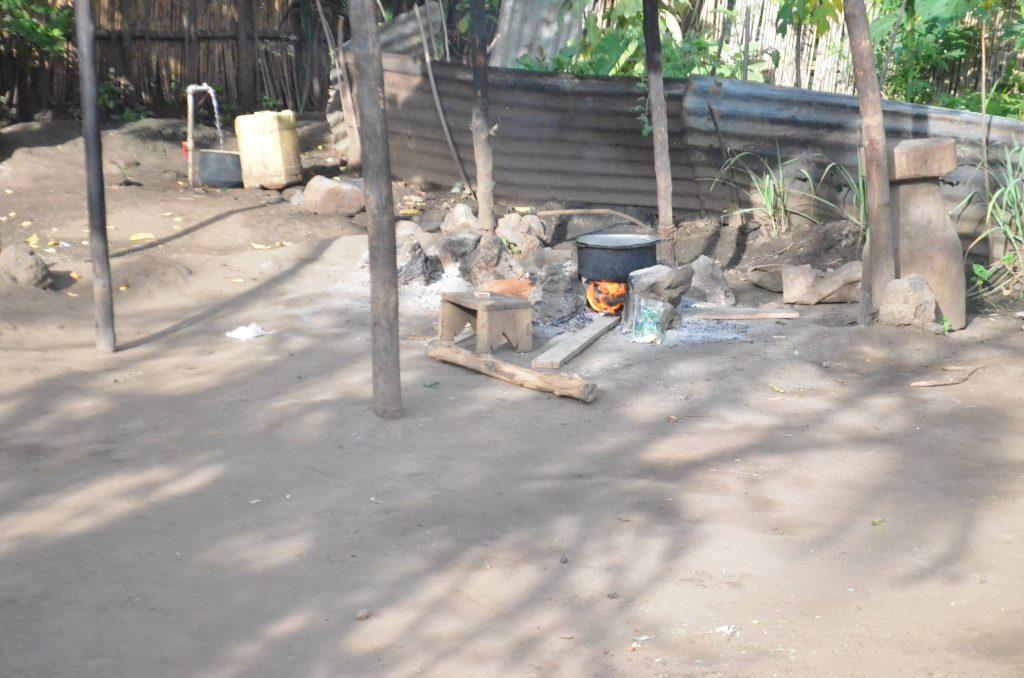 Le bois de chauffe est encore utilisé pour la cuisson par certains meénages de Rutshuru