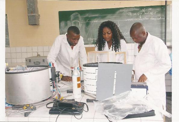 Hélène Baku et ses collaborateurs dans le laboratoire de l'Université Pédagogique Nationale