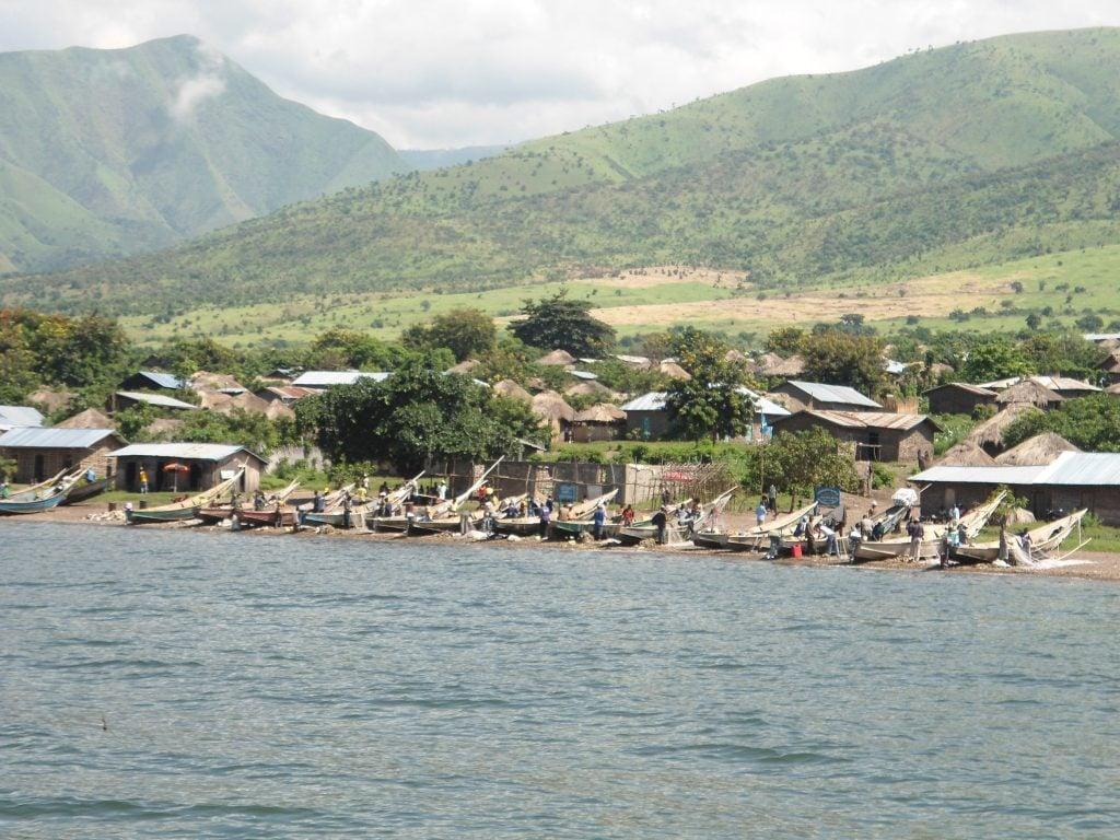 Une localité construite dans le couloir écologique du parc des Virunga, envahie par l'agriculture à la côte ouest du lac Edouard.