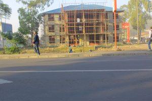Les bois de perches servent d'échafaudages aux immeubles en construction à Butembo.