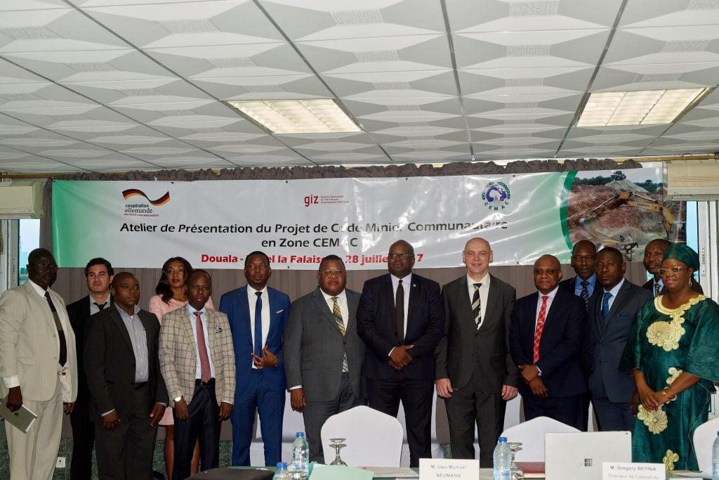 Participants à l'atelier de présentation de l'exquisse du Code Minier Communautaire à l'hôtel La Falaise à Douala au Cameroun, le 28 juillet 2017
