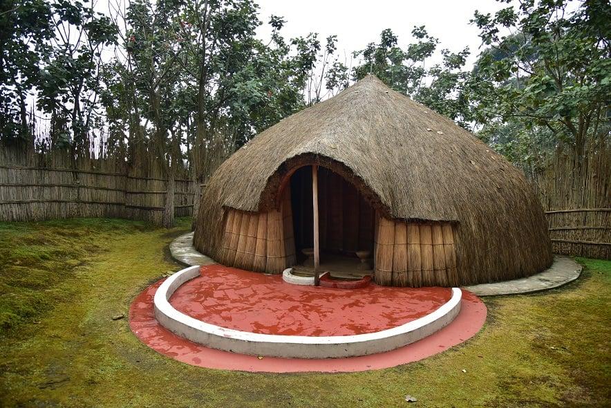 Huttes rondes aux murs de terre séchée et au toit de chaume dans la forêt de Nyungwe