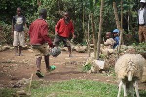 les-enfants-de-familles-reverains-jouent-au-football-dans-leur-quartier