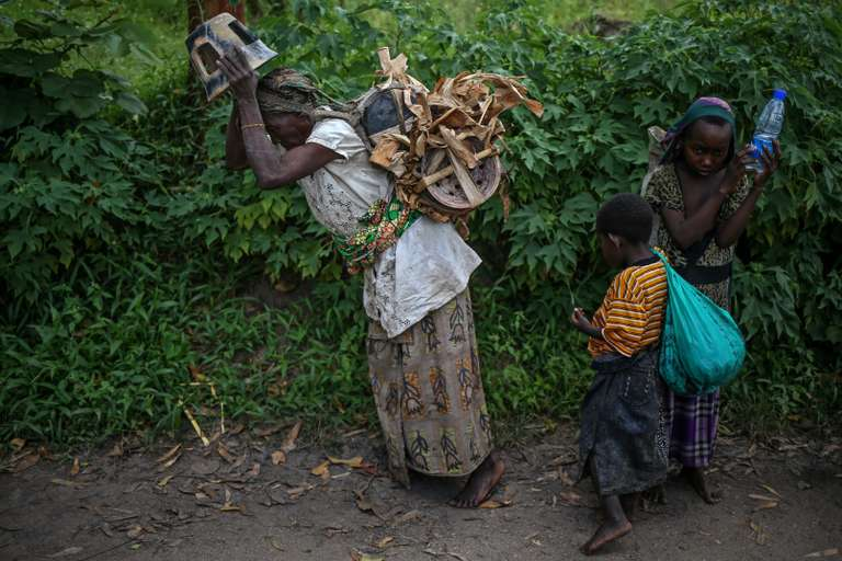Habimana, 45 ans, se rend avec ses enfants au marché de l'île d'Idjiwi, sur le lac Kivu, RDC, pour vendre ses poteries. CREDIT : THERESE DI CAMPO|REUTERS