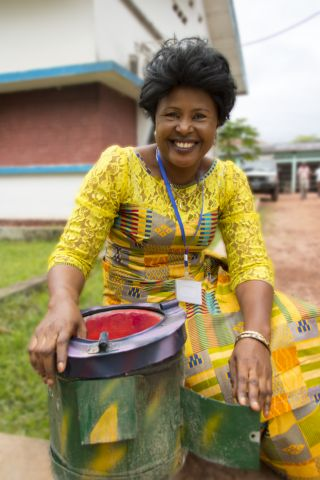 In Mbandaka, Democratic Republic of Congo, Claudine Biongo displays a fuel-efficient stove. Photo by Molly Bergen/WCS,WWF,WRI