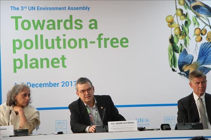 Au milieu, le Dr Edgar Gutiérrez, ministre de l'environnement et de l'énergie du Costa Rica et président de l'Assemblée des Nations Unies pour l'environnement sur l'année 2017