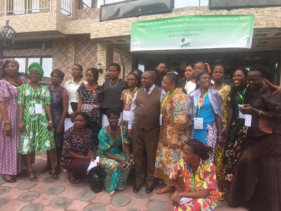 Photo de famille des participants à l'atelier sur le droit de tenure foncière et forestière des femmes autochtones en RDC. Photo/CFLEDD