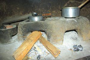 Bois de chauffe entrain d'être utiliser comme combustible pour la cuisson dans la cité de Kiwanja:Rutshuru
