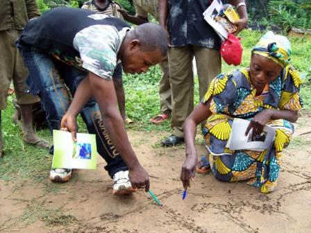 Formation en cartographie participative des femmes autochtones sur le territoire d'Inongo en RDC. Photo/CFLEDD