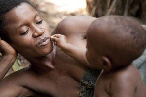 Une mère et son enfant du peule Baka