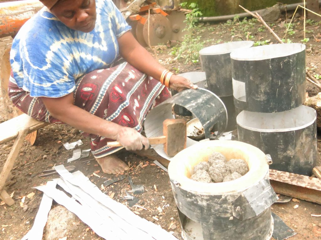 Kanyere Swaze, celle qui fabrique ces braseros et charbons depuis plusieurs années dans le Nord-Kivu où elle eu à former plusieurs jeunes dans ce métier. Photo/InfoCongo