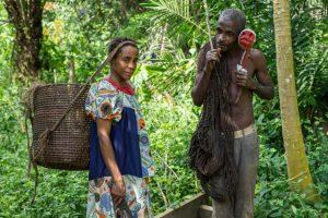 Un homme pygmée de la tribu Bagyeli montre des plantes utilisées pour le traitement traditionnel du paludisme, le 26 mai 2017 dans la région de Kribi au Cameroun.
